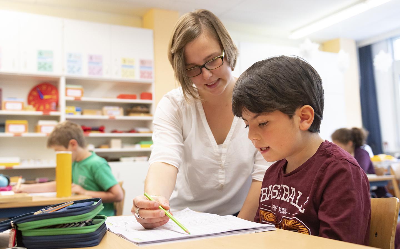 Bild:Freie Stillarbeit: Die Schüler werden vom Lehrer bei diesem Lernen begleitet.